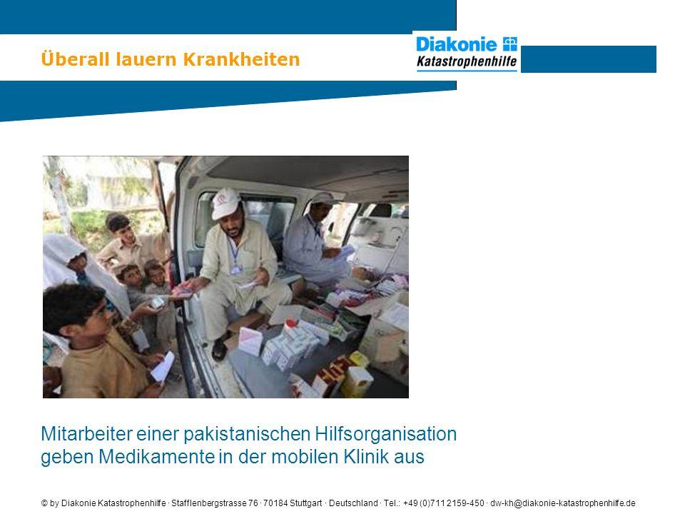 Überall lauern Krankheiten © by Diakonie Katastrophenhilfe · Stafflenbergstrasse 76 · 70184 Stuttgart · Deutschland · Tel.: +49 (0)711 2159-450 · dw-kh@diakonie-katastrophenhilfe.de Mitarbeiter einer pakistanischen Hilfsorganisation geben Medikamente in der mobilen Klinik aus