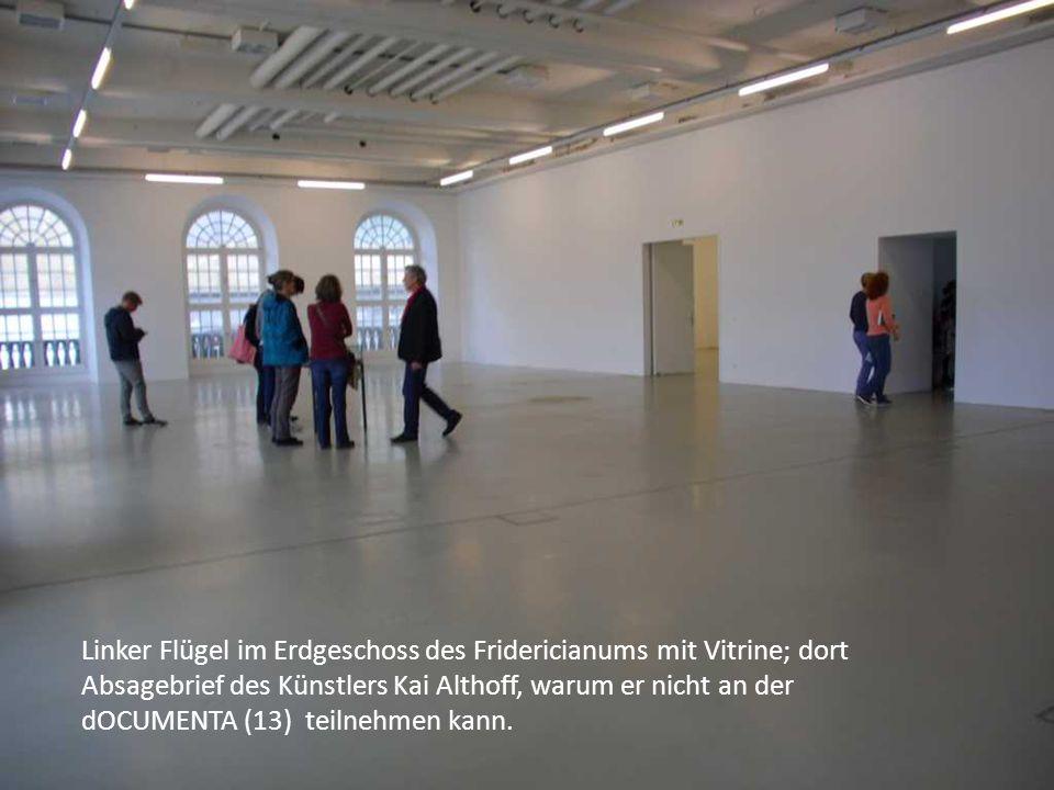 Linker Flügel im Erdgeschoss des Fridericianums mit Vitrine; dort Absagebrief des Künstlers Kai Althoff, warum er nicht an der dOCUMENTA (13) teilnehmen kann.