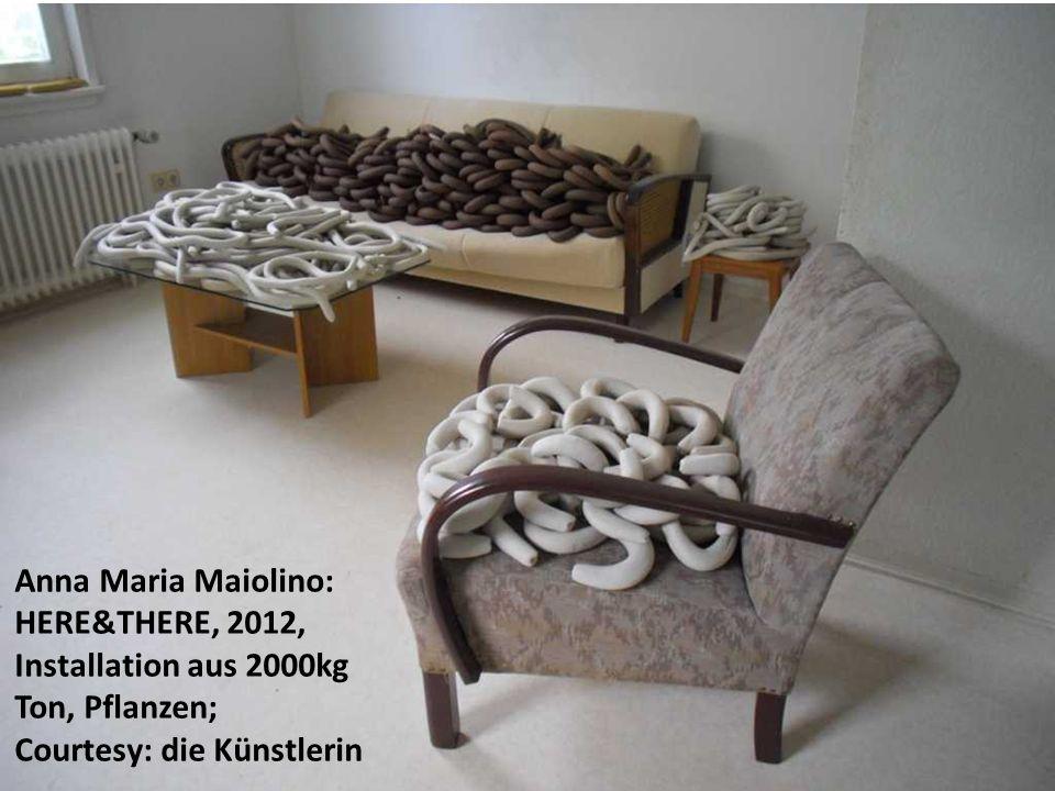 Anna Maria Maiolino: HERE&THERE, 2012, Installation aus 2000kg Ton, Pflanzen; Courtesy: die Künstlerin