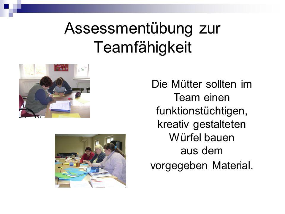 Assessmentübung zur Teamfähigkeit Die Mütter sollten im Team einen funktionstüchtigen, kreativ gestalteten Würfel bauen aus dem vorgegeben Material.