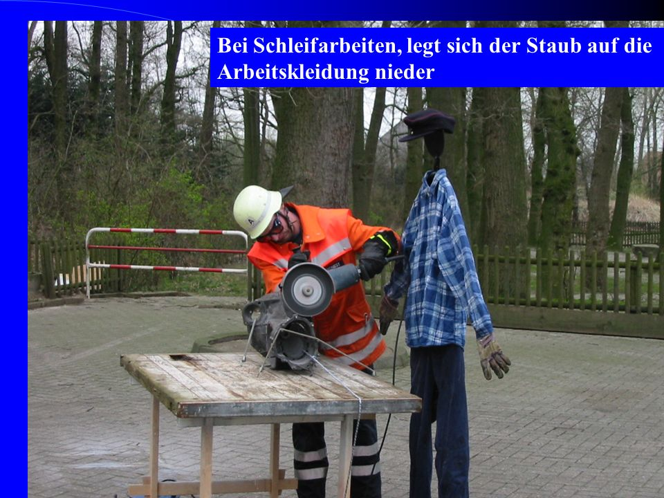 Bei Schleifarbeiten, legt sich der Staub auf die Arbeitskleidung nieder