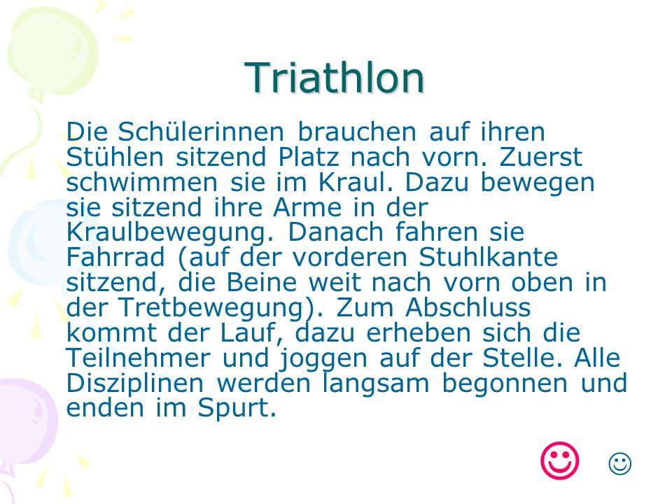 Triathlon Die Schülerinnen brauchen auf ihren Stühlen sitzend Platz nach vorn.