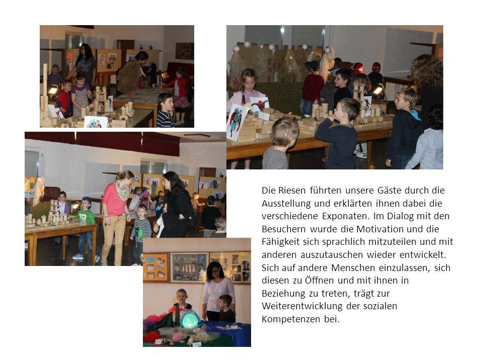 Die Riesen führten unsere Gäste durch die Ausstellung und erklärten ihnen dabei die verschiedene Exponaten. Im Dialog mit den Besuchern wurde die Moti