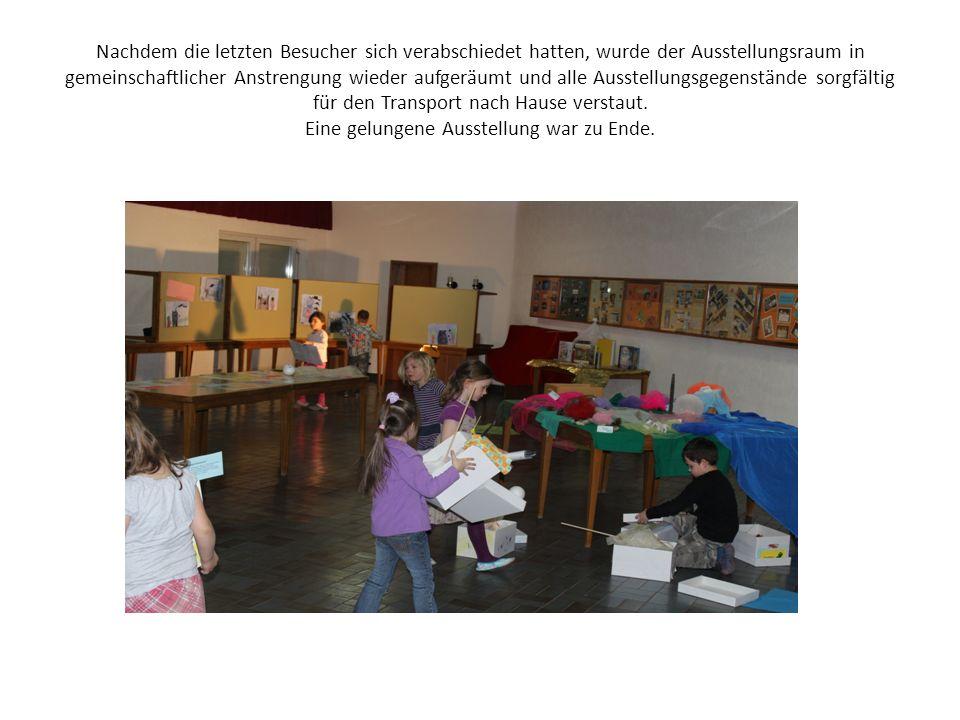Nachdem die letzten Besucher sich verabschiedet hatten, wurde der Ausstellungsraum in gemeinschaftlicher Anstrengung wieder aufgeräumt und alle Ausste