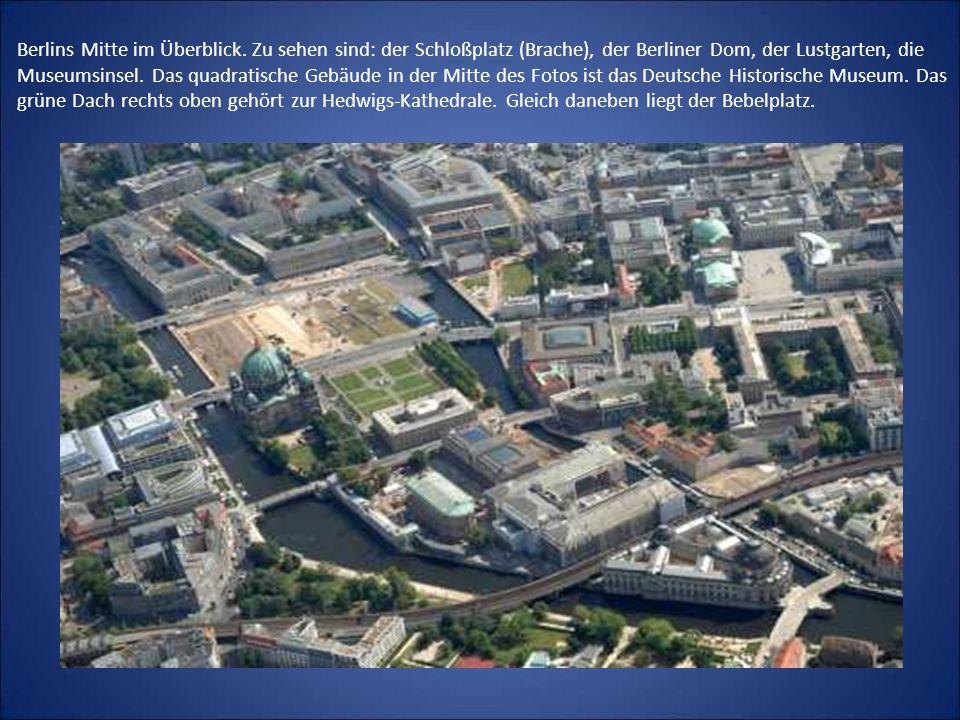 Berlins Mitte im Überblick. Zu sehen sind: der Schloßplatz (Brache), der Berliner Dom, der Lustgarten, die Museumsinsel. Das quadratische Gebäude in d