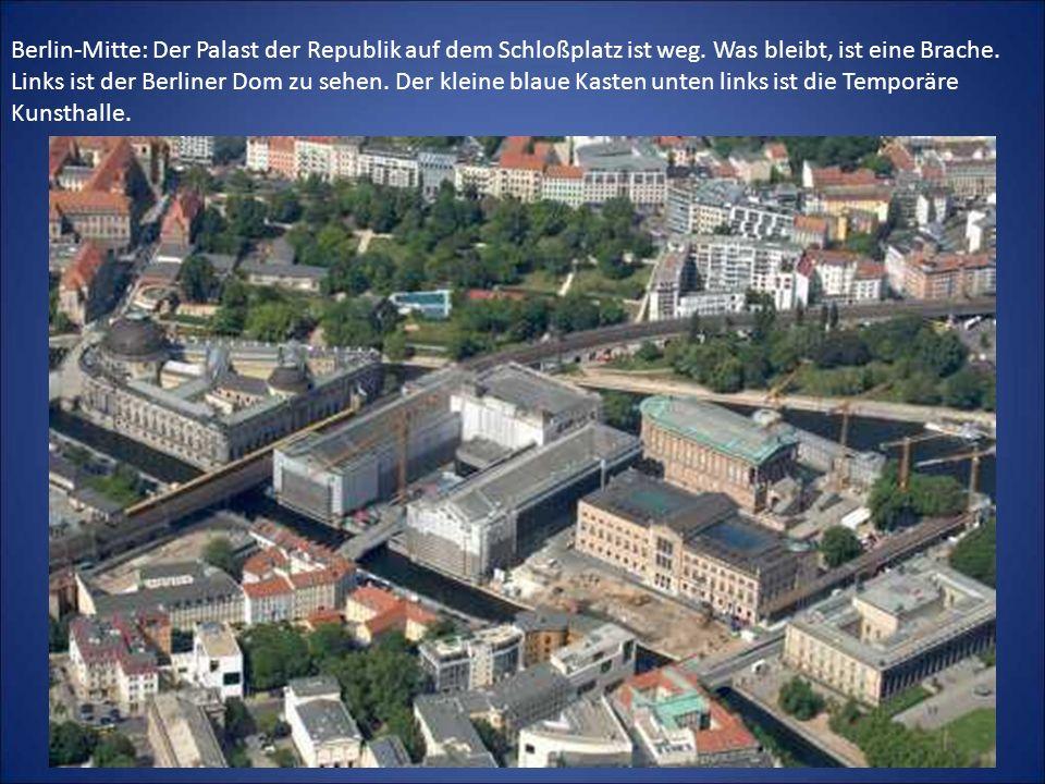 Berlin-Mitte: Der Palast der Republik auf dem Schloßplatz ist weg. Was bleibt, ist eine Brache. Links ist der Berliner Dom zu sehen. Der kleine blaue
