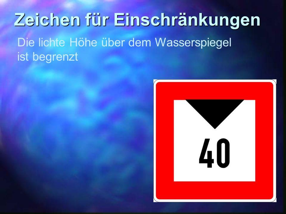 Zeichen für Einschränkungen Die lichte Höhe über dem Wasserspiegel ist begrenzt