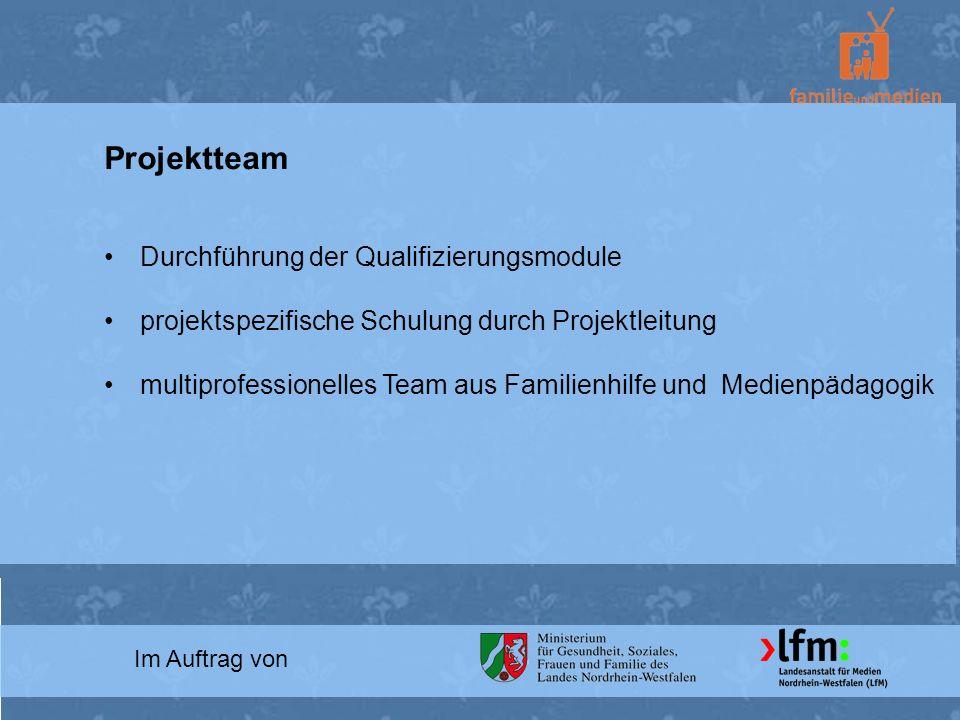 Im Auftrag von Projektteam Durchführung der Qualifizierungsmodule projektspezifische Schulung durch Projektleitung multiprofessionelles Team aus Famil