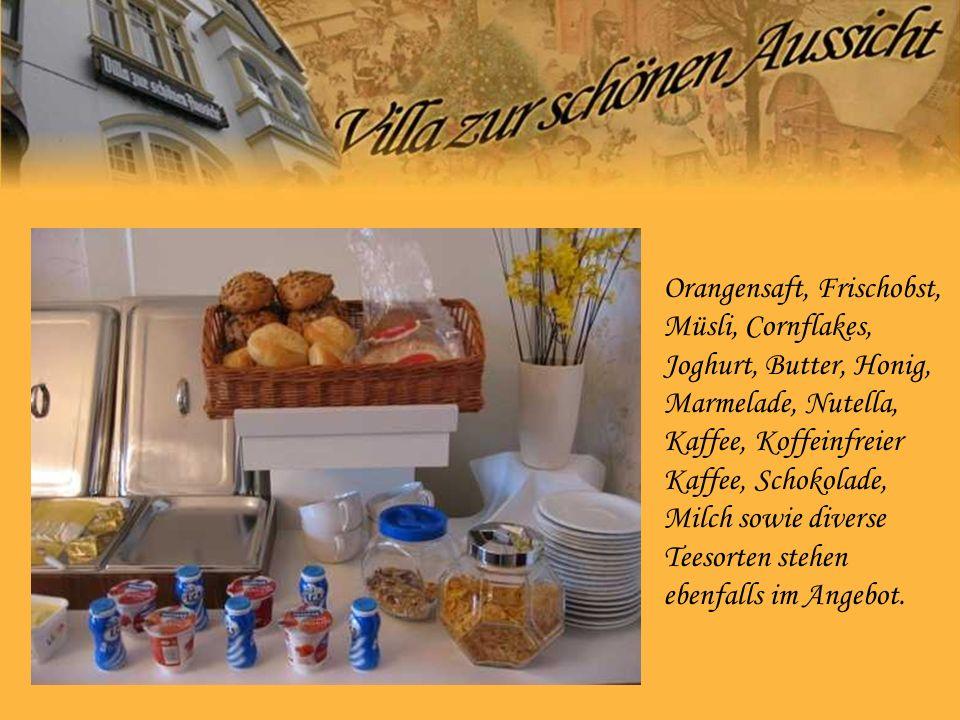 Orangensaft, Frischobst, Müsli, Cornflakes, Joghurt, Butter, Honig, Marmelade, Nutella, Kaffee, Koffeinfreier Kaffee, Schokolade, Milch sowie diverse