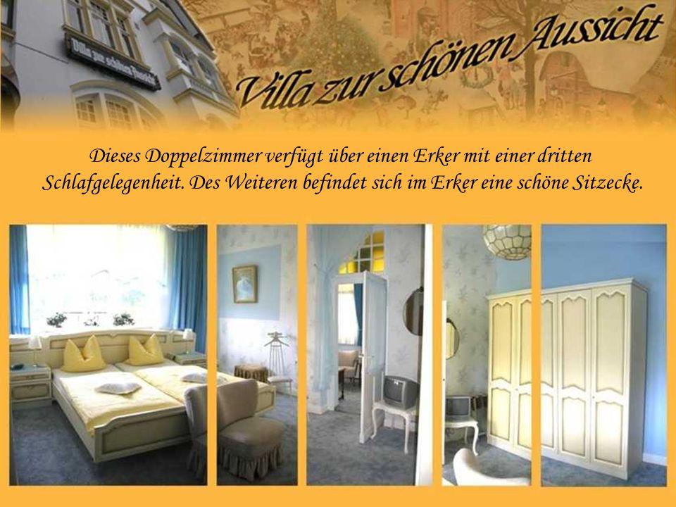 Dieses Doppelzimmer verfügt über einen Erker mit einer dritten Schlafgelegenheit. Des Weiteren befindet sich im Erker eine schöne Sitzecke.