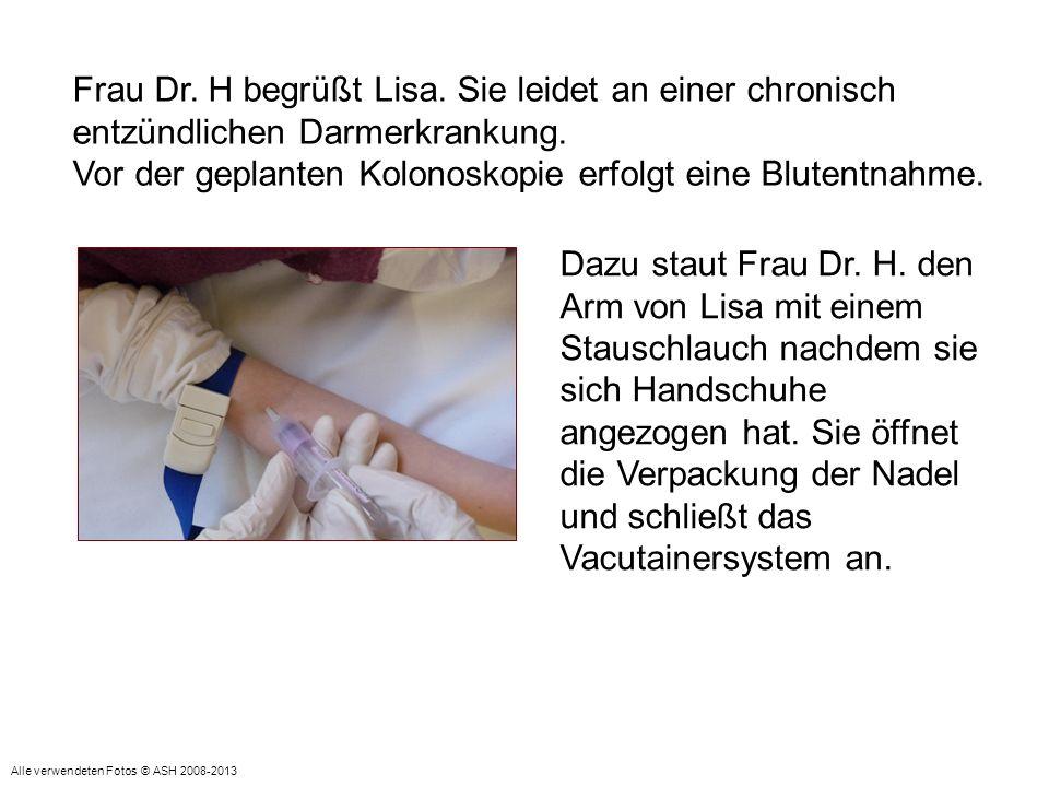 Nach erfolgter Blutentnahme zieht sie die Handschuhe aus und entsorgt die Materialien.