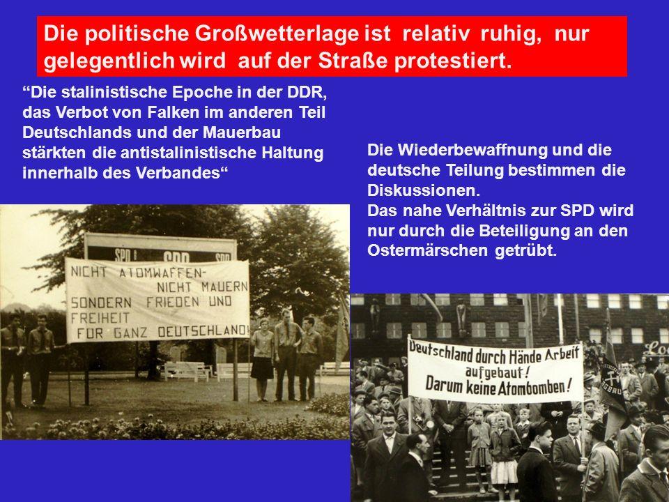 Die politische Großwetterlage ist relativ ruhig, nur gelegentlich wird auf der Straße protestiert. Die stalinistische Epoche in der DDR, das Verbot vo