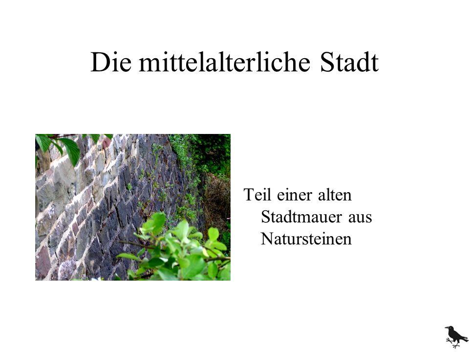 Die mittelalterliche Stadt Teil einer alten Stadtmauer aus Natursteinen
