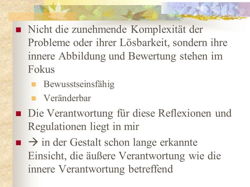 Jon Kabat-Zinn (2008, 2009), Pionier der Achtsamkeitsintegration in die Psychotherapie formulierte vor buddhistischem Hintergrund eine Definition von Achtsamkeit, die durch drei Merkmale gekennzeichnet ist: Die Aufmerksamkeitslenkung auf die Bewusstseinsinhalte des jetzigen Moments (1), das bewusste Zurückkommen in das Hier und Jetzt (2) und eine nicht wertende Haltung gegenüber den Bewusstseinsinhalten (3)