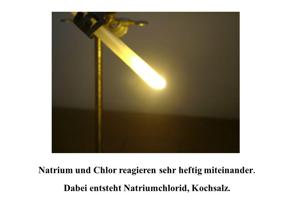 Chlor hat in der K Schale 2 Elektronen, L Schale 8 Elektronen und 7 Elektronen in der äußeren M Schale. Elektronenanordnung des Chlor K L M Dem Chlor