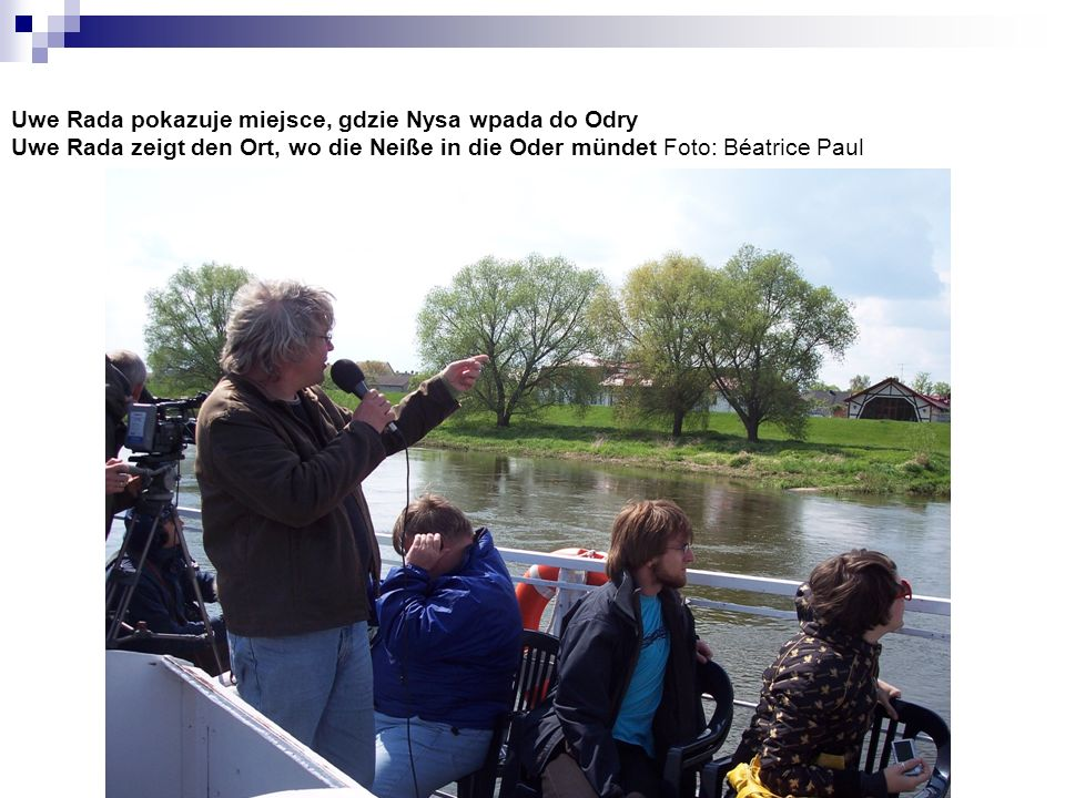 Uwe Rada pokazuje miejsce, gdzie Nysa wpada do Odry Uwe Rada zeigt den Ort, wo die Neiße in die Oder mündet Foto: Béatrice Paul