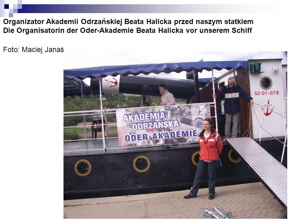 Organizator Akademii Odrzańskiej Beata Halicka przed naszym statkiem Die Organisatorin der Oder-Akademie Beata Halicka vor unserem Schiff Foto: Maciej