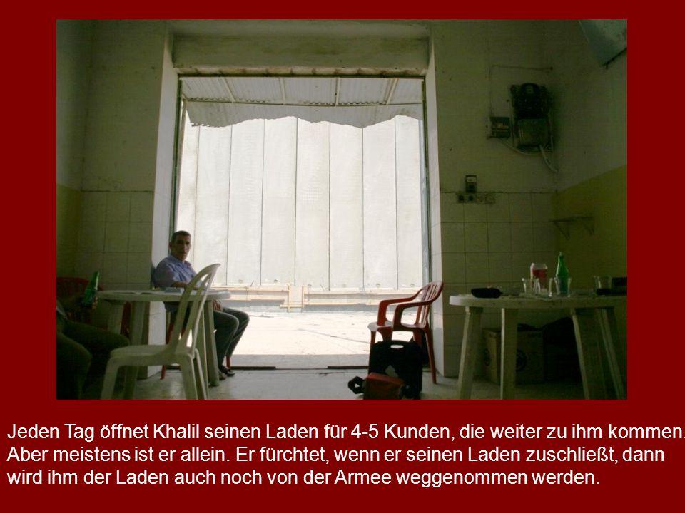 Jeden Tag öffnet Khalil seinen Laden für 4-5 Kunden, die weiter zu ihm kommen. Aber meistens ist er allein. Er fürchtet, wenn er seinen Laden zuschlie