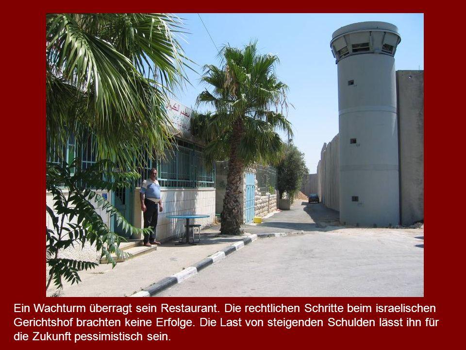 Ein Wachturm überragt sein Restaurant. Die rechtlichen Schritte beim israelischen Gerichtshof brachten keine Erfolge. Die Last von steigenden Schulden