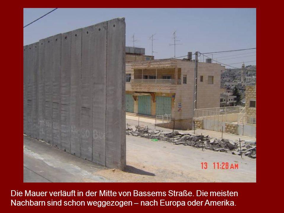 Die Mauer verläuft in der Mitte von Bassems Straße. Die meisten Nachbarn sind schon weggezogen – nach Europa oder Amerika.