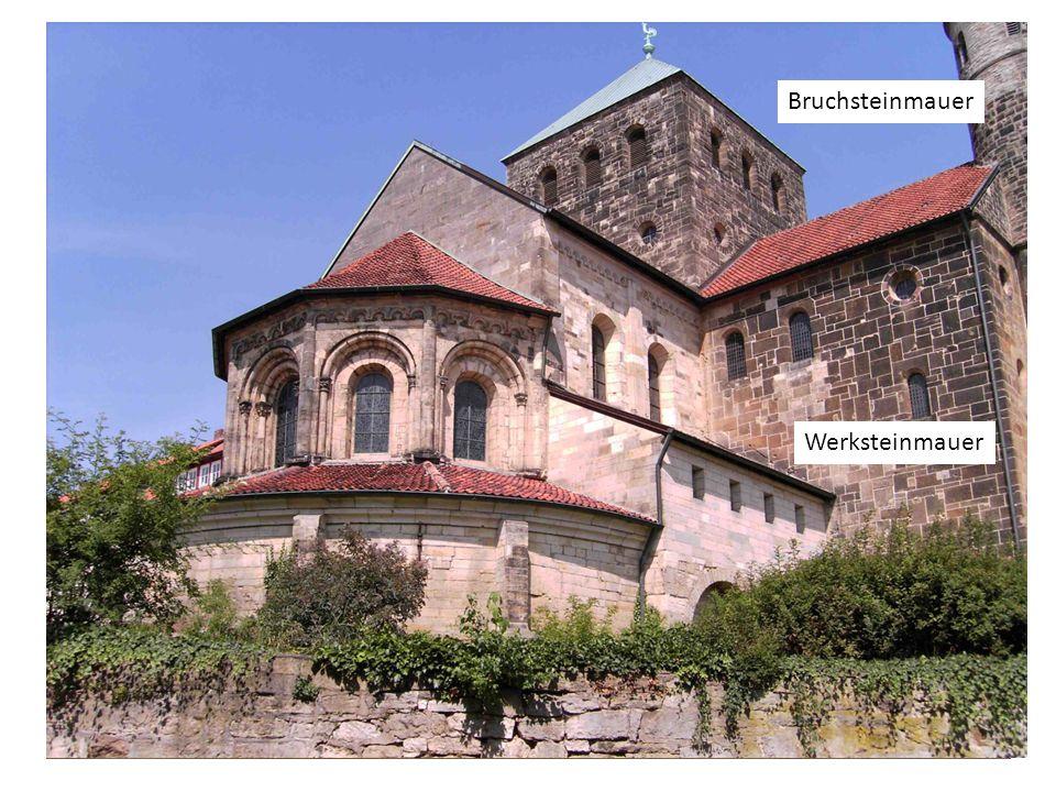 Am Beispiel von Sankt Michael Wehrhaftes Äußeres, Massivbauweise ( dicke, gemauerte Mauern, die alle Lasten des Gewölbes und der Dachkonstruktion trag