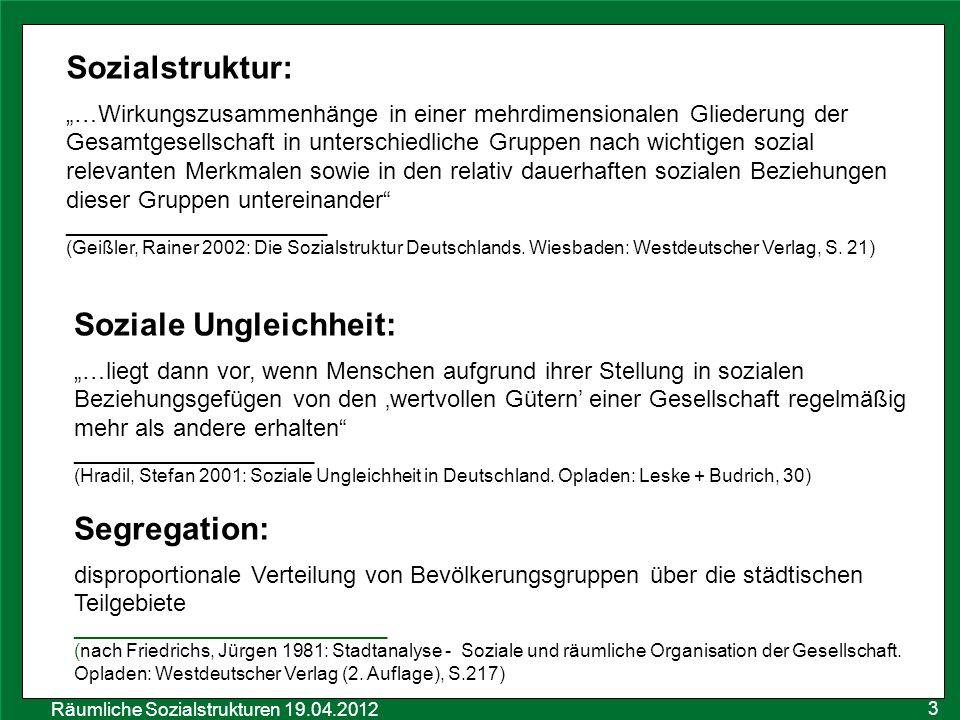 Räumliche Sozialstrukturen 19.04.2012 4 Methoden der Segregationsforschung Social Area Analysis 1955: Shevky & Bell dient der Typisierung von Gebieten aufgrund einiger Merkmale ihrer Bewohner basiert auf einer Theorie der sozialen Wandels Ökonomischer Status: (1) Beruf (2) Bildung (3) Miethöhe Stellung im Familienzyklus: (4) Fruchtbarkeitsquote (5) weibliche Erwerbsquote (6) Anteil der Einfamilienhäuser Ethnischer Status: (7) Ausländeranteil _________________________ Quelle: Hamm, Bernd 1984: Sozialraumanalyse – Methode und Anwendungsbeispiele (Methoden der empirischen Sozialforschung III).