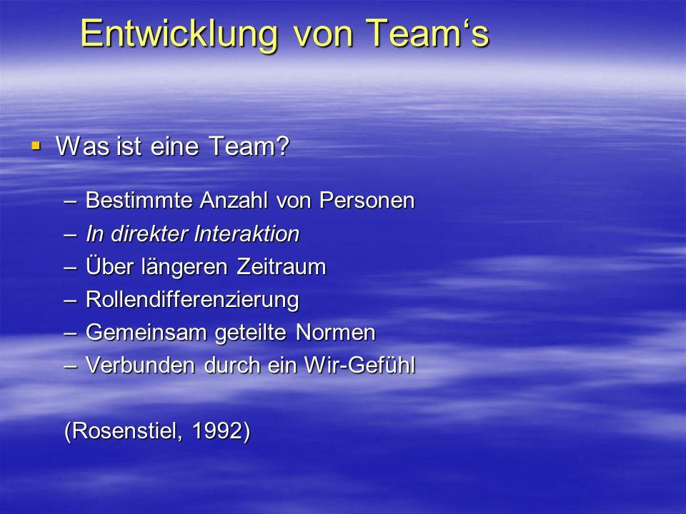 Entwicklung von Teams Was ist eine Team? Was ist eine Team? –Bestimmte Anzahl von Personen –In direkter Interaktion –Über längeren Zeitraum –Rollendif