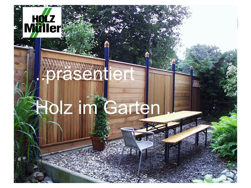 ..präsentiert Holz im Garten..