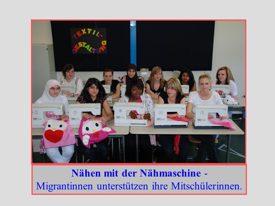 Nähen mit der Nähmaschine - Migrantinnen unterstützen ihre Mitschülerinnen.