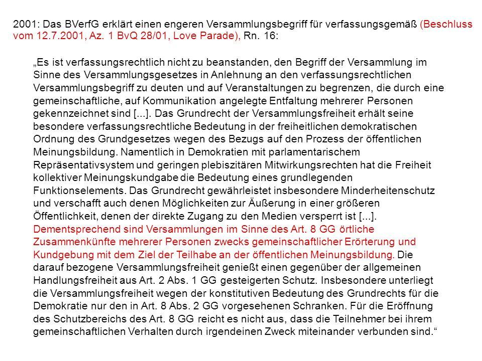 2001: Das BVerfG erklärt einen engeren Versammlungsbegriff für verfassungsgemäß (Beschluss vom 12.7.2001, Az. 1 BvQ 28/01, Love Parade), Rn. 16: Es is