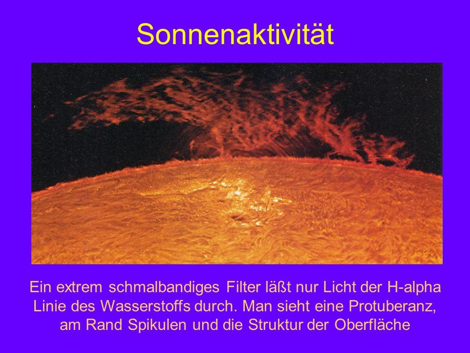 Sonnenaktivität Ein extrem schmalbandiges Filter läßt nur Licht der H-alpha Linie des Wasserstoffs durch. Man sieht eine Protuberanz, am Rand Spikulen