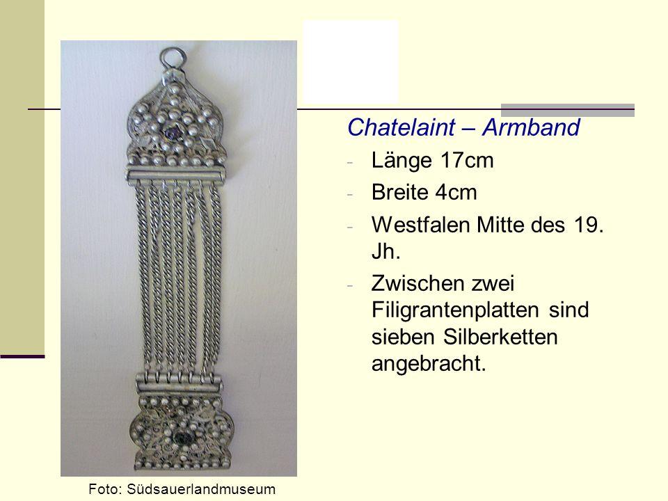 Chatelaint – Armband - Länge 17cm - Breite 4cm - Westfalen Mitte des 19. Jh. - Zwischen zwei Filigrantenplatten sind sieben Silberketten angebracht. F
