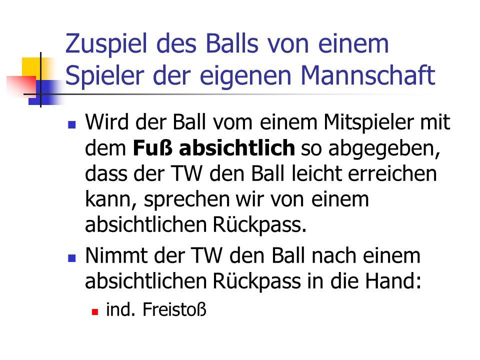 Zuspiel des Balls von einem Spieler der eigenen Mannschaft Wird der Ball vom einem Mitspieler mit dem Fuß absichtlich so abgegeben, dass der TW den Ball leicht erreichen kann, sprechen wir von einem absichtlichen Rückpass.