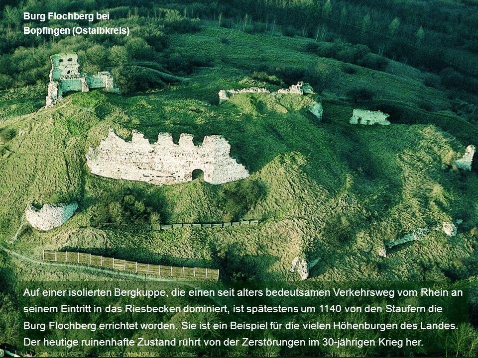 Auf einer isolierten Bergkuppe, die einen seit alters bedeutsamen Verkehrsweg vom Rhein an seinem Eintritt in das Riesbecken dominiert, ist spätestens