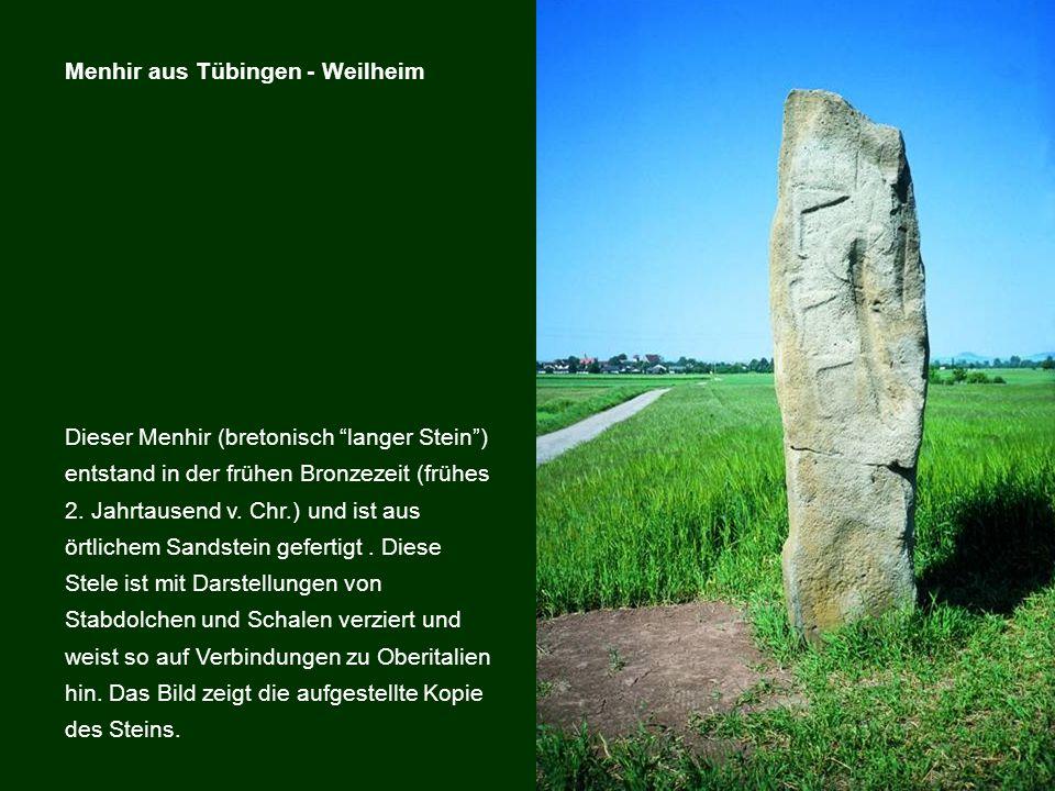 Dieser Menhir (bretonisch langer Stein) entstand in der frühen Bronzezeit (frühes 2. Jahrtausend v. Chr.) und ist aus örtlichem Sandstein gefertigt. D