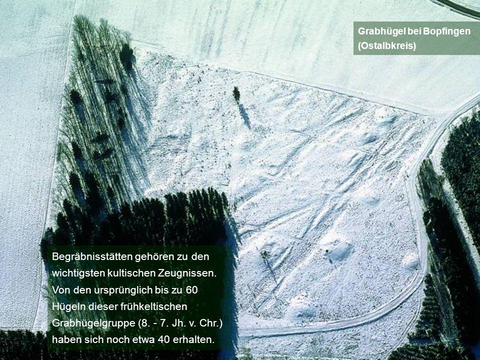 Begräbnisstätten gehören zu den wichtigsten kultischen Zeugnissen. Von den ursprünglich bis zu 60 Hügeln dieser frühkeltischen Grabhügelgruppe (8. - 7