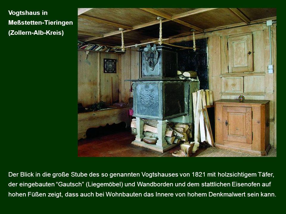 Der Blick in die große Stube des so genannten Vogtshauses von 1821 mit holzsichtigem Täfer, der eingebauten Gautsch (Liegemöbel) und Wandborden und de