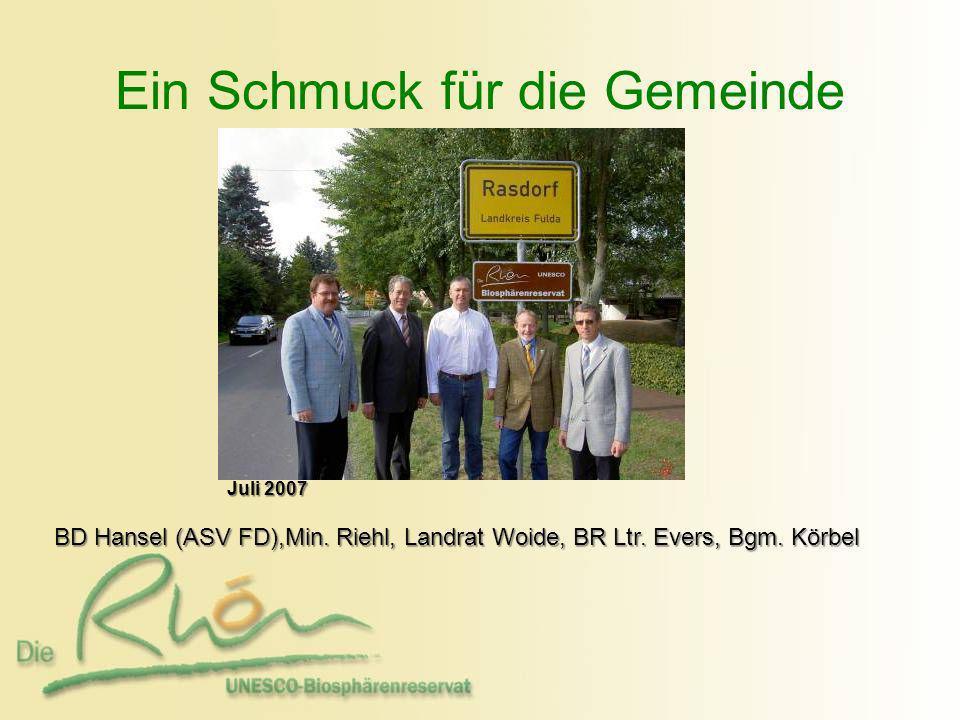 Ein Schmuck für die Gemeinde BD Hansel (ASV FD),Min. Riehl, Landrat Woide, BR Ltr. Evers, Bgm. Körbel BD Hansel (ASV FD),Min. Riehl, Landrat Woide, BR
