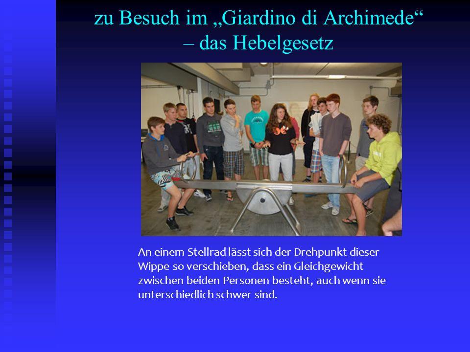 zu Besuch im Giardino di Archimede – das Hebelgesetz An einem Stellrad lässt sich der Drehpunkt dieser Wippe so verschieben, dass ein Gleichgewicht zw