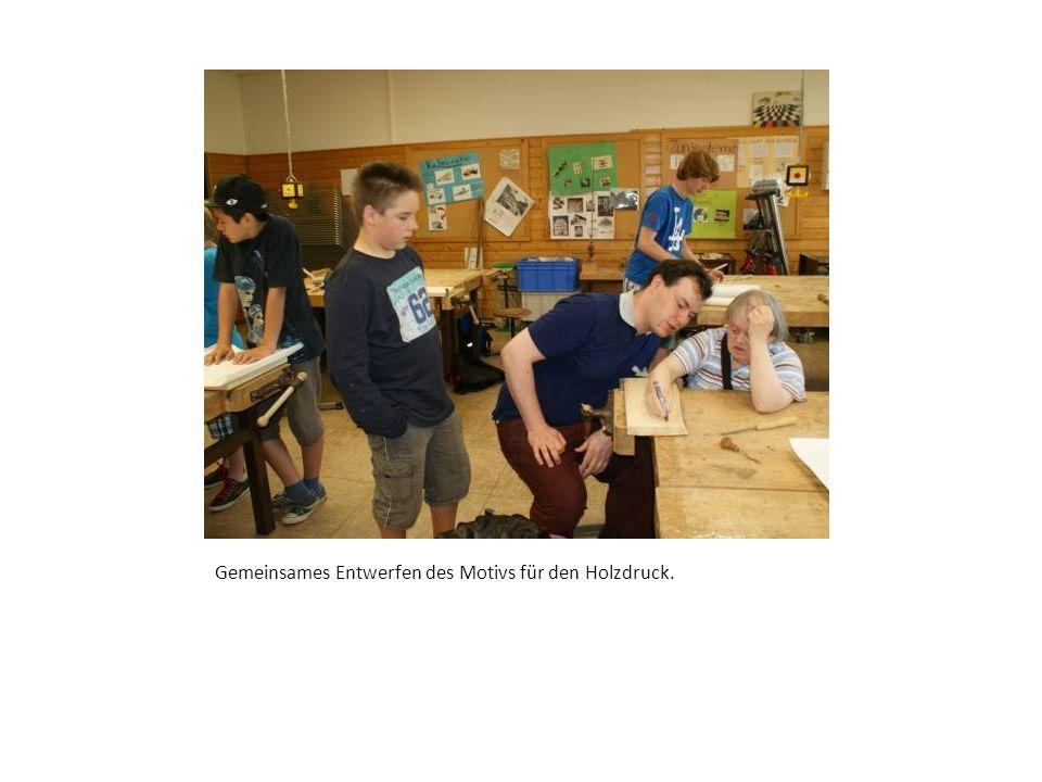 Schülerin der Weiherschule hilft dem Realschüler beim Drucken.
