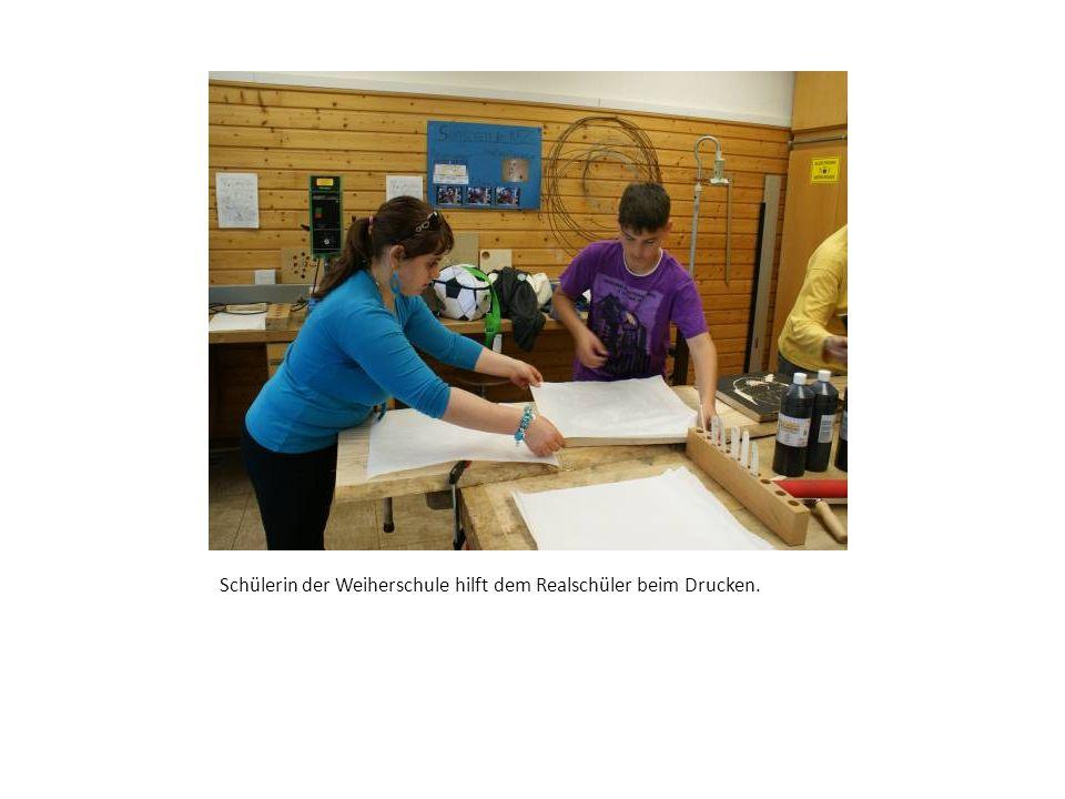 Der Künstler von der Kunstakademie U7 in seine Arbeit versunken, um seine eigenen Gestaltungsideen auf das Holz zu bringen.