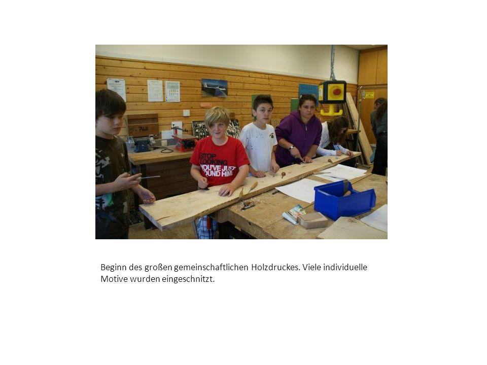 Beginn des großen gemeinschaftlichen Holzdruckes. Viele individuelle Motive wurden eingeschnitzt.