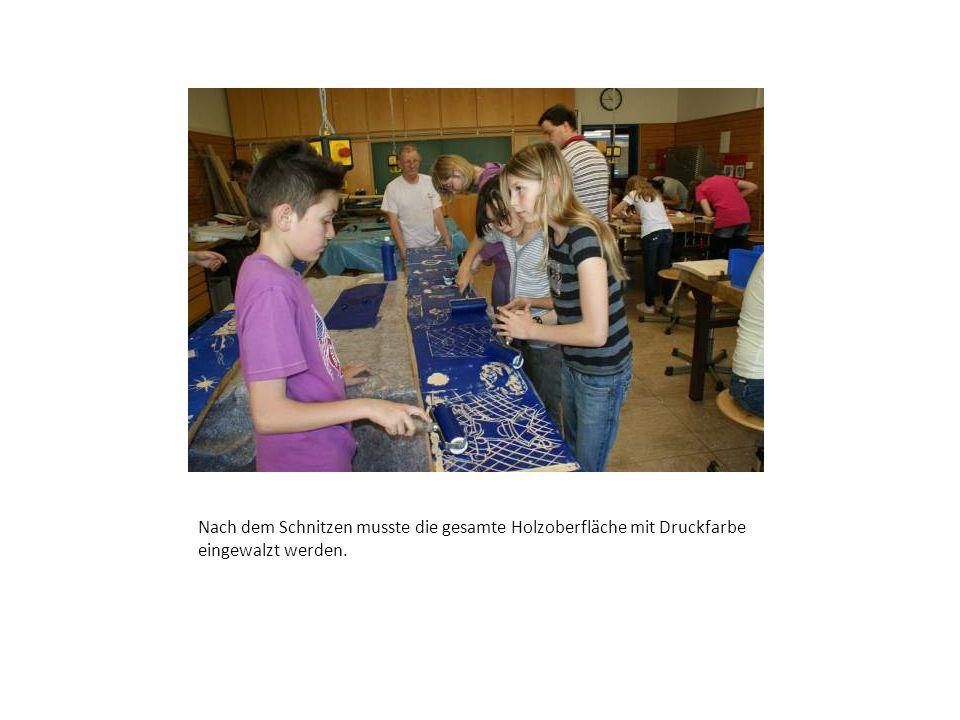 Viele helfenden Hände wurden benötigt, damit der Papierabzug zum Trocknen weggelegt werden konnte.