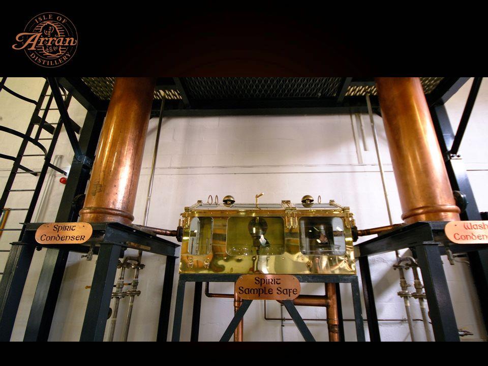 Reifung in Ex-Sherry und Ex-Bourbon Eichenfässern Der Rohbrand kommt mit 63,5% in die Fässer 2 örtliche Lagerhäuser – Traditionel Dunnage und Racked