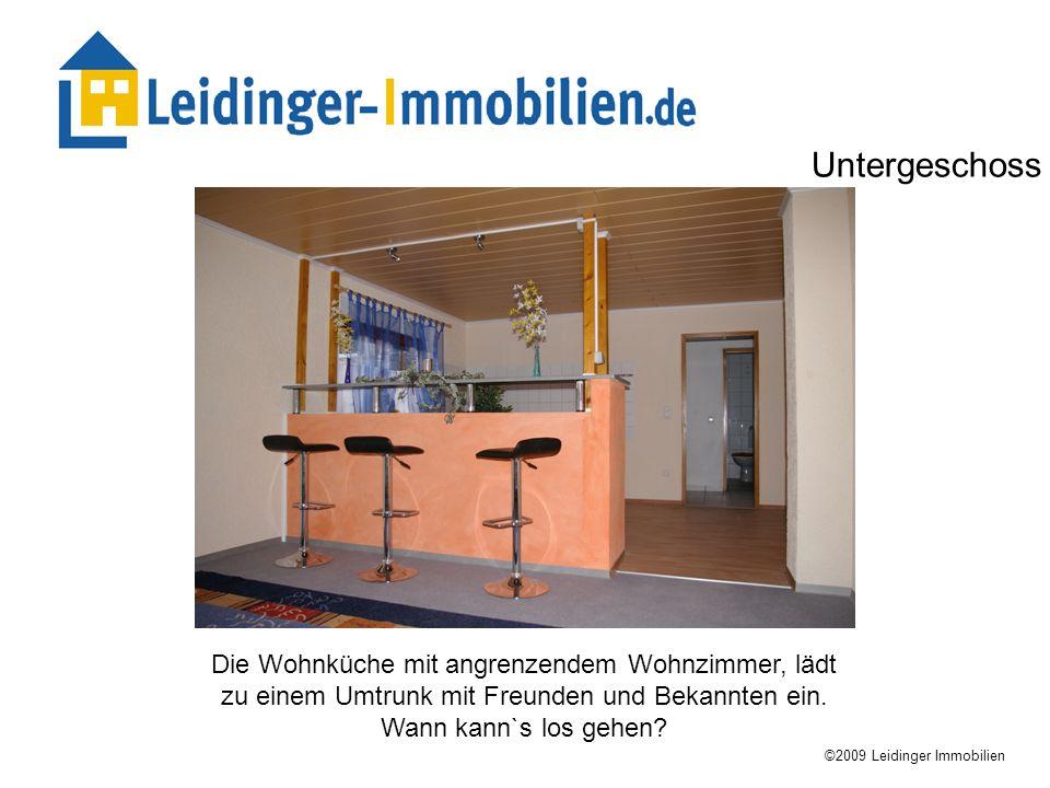 Die Wohnküche mit angrenzendem Wohnzimmer, lädt zu einem Umtrunk mit Freunden und Bekannten ein. Wann kann`s los gehen? ©2009 Leidinger Immobilien Unt