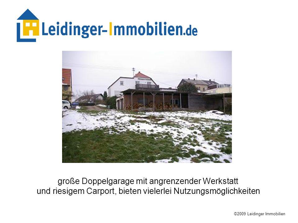 große Doppelgarage mit angrenzender Werkstatt und riesigem Carport, bieten vielerlei Nutzungsmöglichkeiten ©2009 Leidinger Immobilien