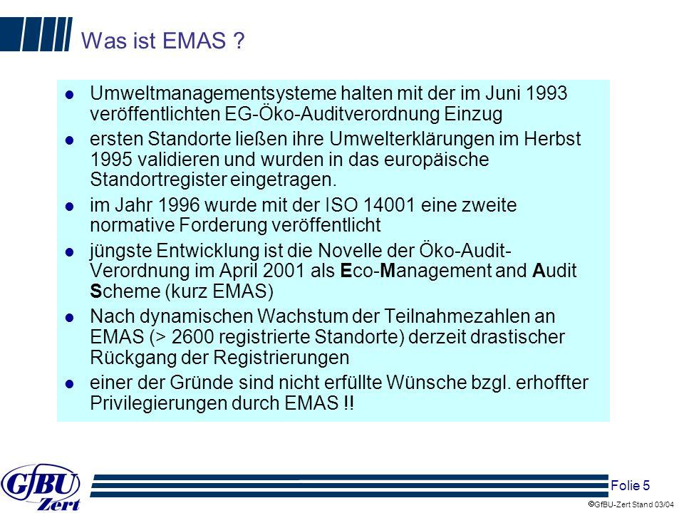 Folie 16 GfBU-Zert Stand 03/04 Besonderheiten der Zertifizierung nach EfbV und EGR im Vergleich zu EMAS und daraus resultierende Deregulierungsansätze (2) l Der regelmäßige Zuverlässigkeitsnachweis für das Leitungs- und sonstige Personal kann entsprechende Angaben in Ausschreibungsverfahren ersetzen l Der Genehmigungsstatus der Anlagen wird jährlich durch Sachverständige überprüft, Meldungen an die zuständigen Behörden können entfallen, antragspflichtige Veränderungen des Betriebes durch Anzeigen an die zuständigen Behörden ersetzt werden l Der Entsorgungsfachbetrieb muss über die Betriebstagebuchführung einen laufenden Mengenstromnachweis führen, damit erübrigen sich zusätzliche Bilanzen und Meldungen an die zuständigen Behörden l Das Nachweiswesen als Nachweis der ordnungsgemäßen Entsorgung kann aufgrund der Pflicht zur Betriebstagebuchführung (Art, Menge und Verbleib der Abfälle) vereinfacht werden Spezifiken der Forderungen der EfbV im Vergleich zu EMAS zeigen gleichzeitig zusätzliche Ansätze für Deregulierungen: