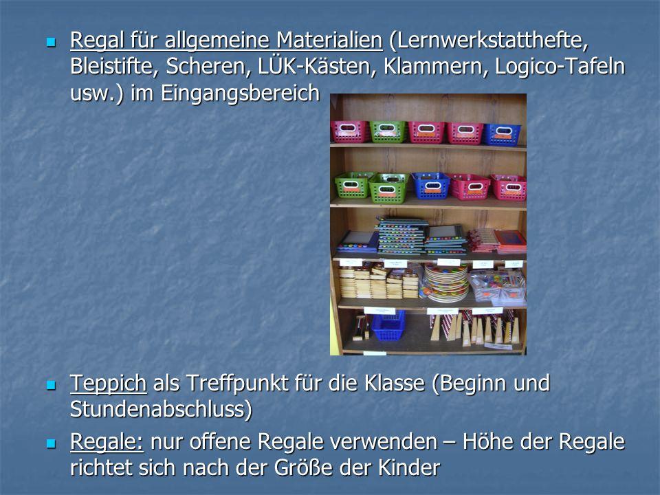 Regal für allgemeine Materialien (Lernwerkstatthefte, Bleistifte, Scheren, LÜK-Kästen, Klammern, Logico-Tafeln usw.) im Eingangsbereich Regal für allg