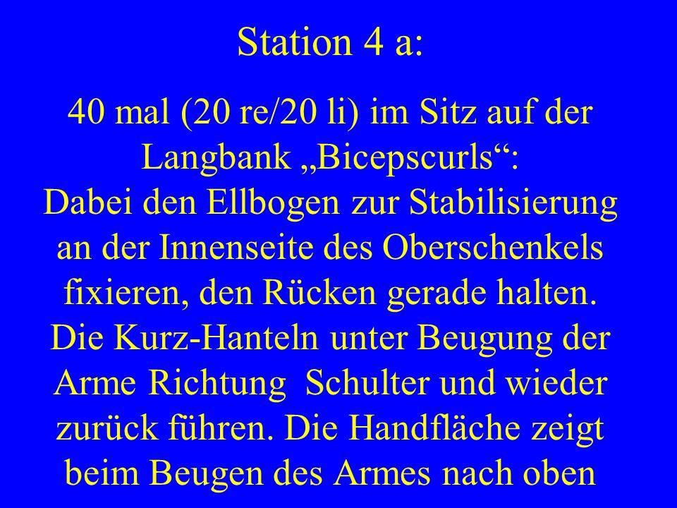 Station 4 a: 40 mal (20 re/20 li) im Sitz auf der Langbank Bicepscurls: Dabei den Ellbogen zur Stabilisierung an der Innenseite des Oberschenkels fixi