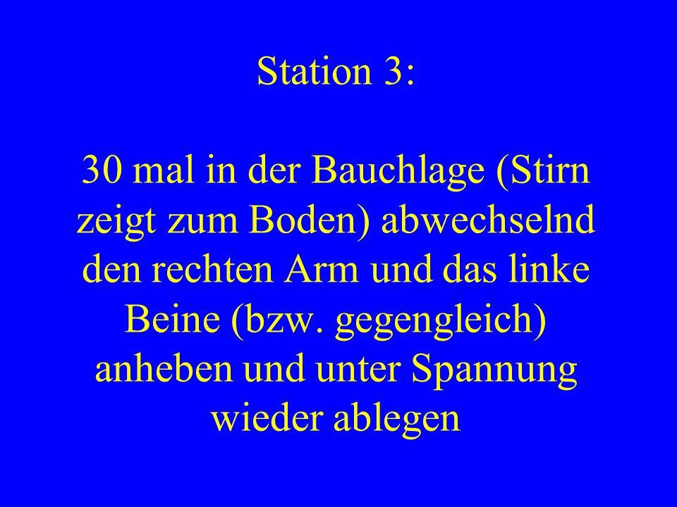 Station 3: 30 mal in der Bauchlage (Stirn zeigt zum Boden) abwechselnd den rechten Arm und das linke Beine (bzw. gegengleich) anheben und unter Spannu